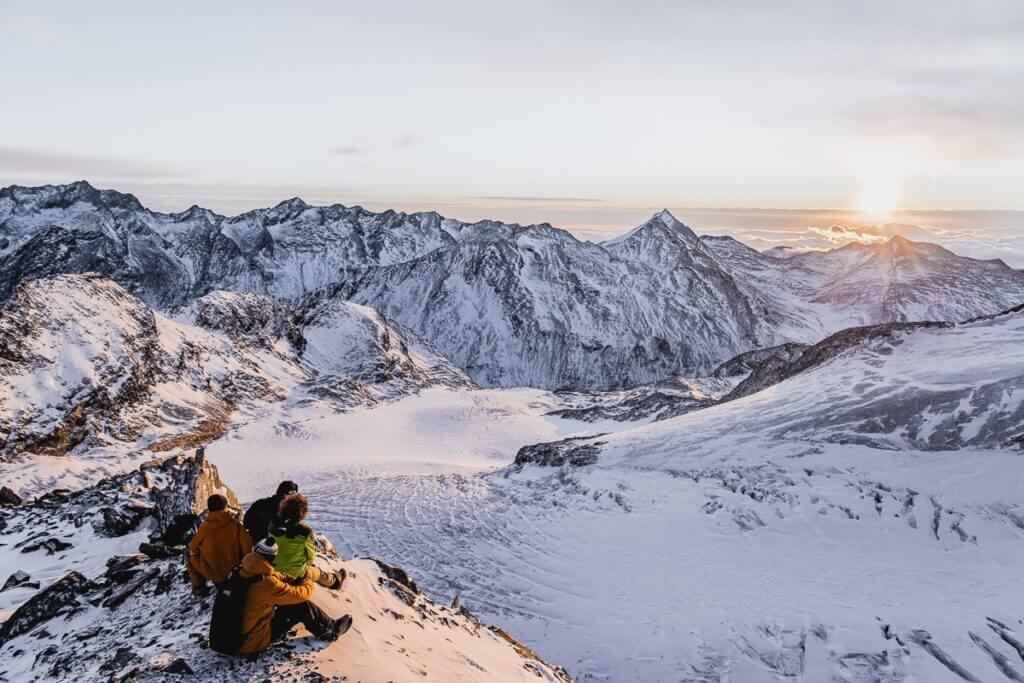 Vue sur le glacier et les sommets