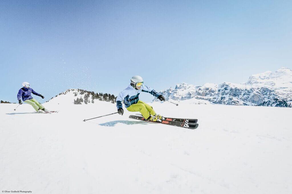 Skieur sur les pistes et soleil