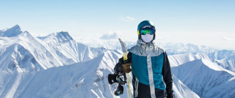 Snowboardeur dans une station de ski suisse