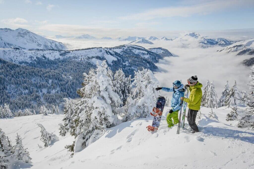 Snowboardeur et vue sur les Portes du soleil