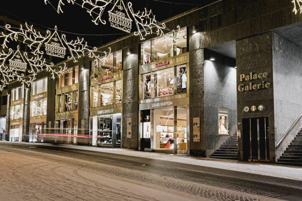 Rue avec magasins de luxe à St. Moritz Dorf