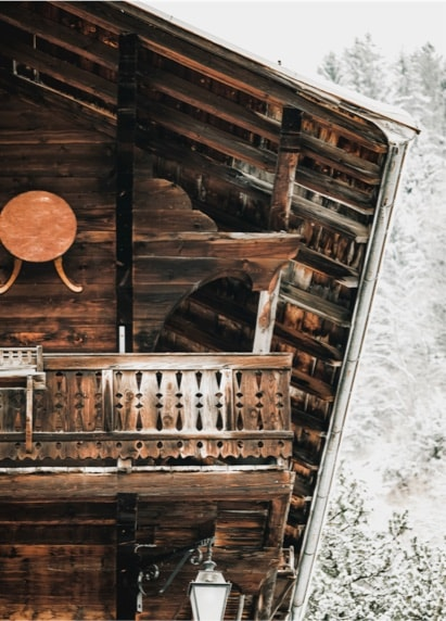 Un chalet traditionnel dans une village suisse